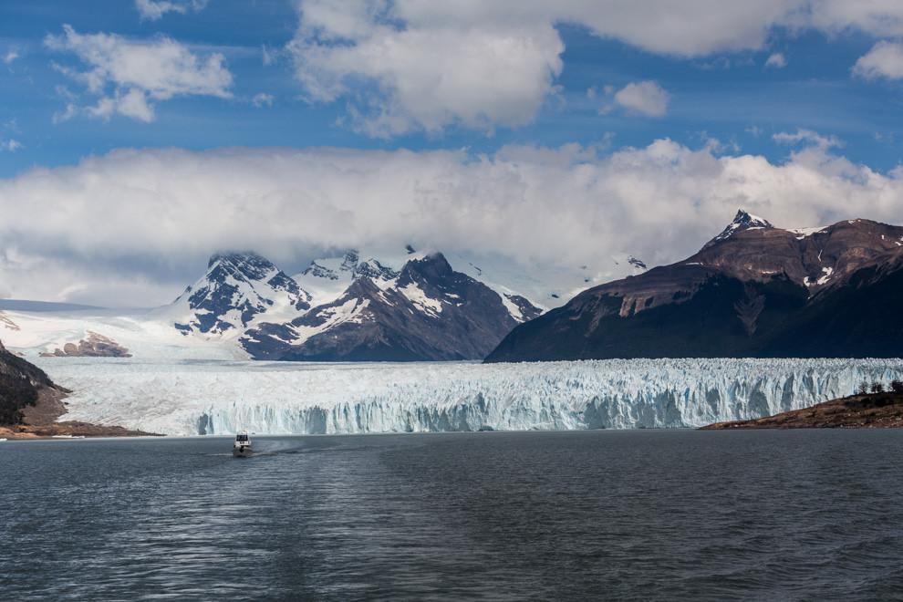 Un pequeño barco que trasnporta turistas, se aleja lentamente del frente del Glaciar Perito Moreno, un glaciar único en su tipo en el mundo, que permite a turistas de todas las edades acercarse y disfrutar de su majestuosidad. (Tetsu Espósito).