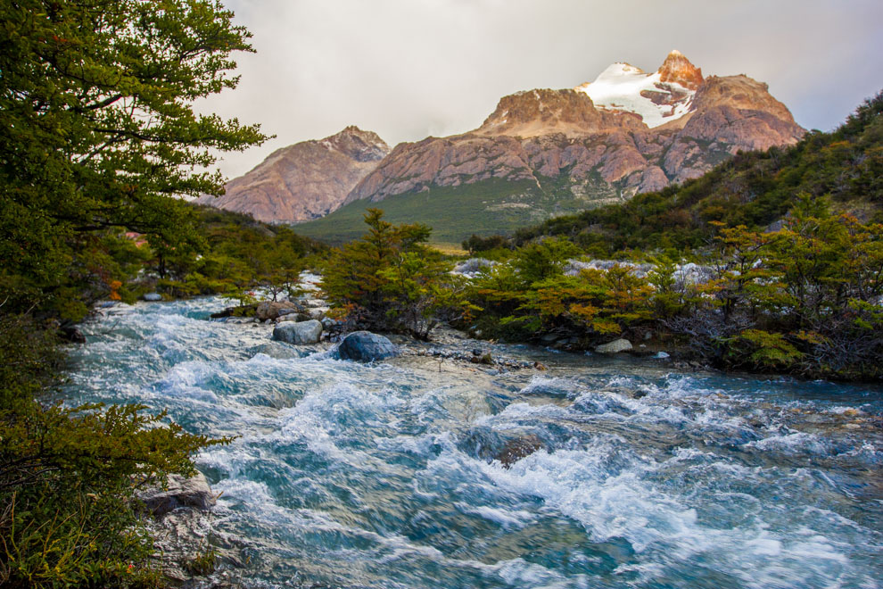 Una de las vistas que ofrecen los senderos al Fitz Roy, con los ríos y arroyos que se forman por el deshielo de los glaciares, que ofrecen agua potable al excursionista. (Tetsu Espósito).