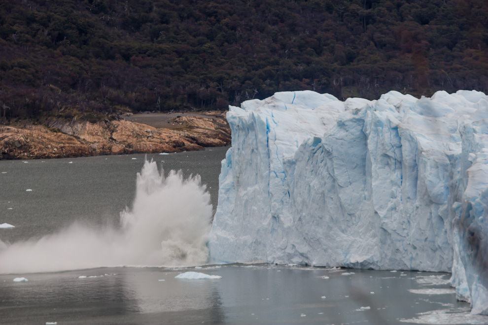 Los desprendimientos de bloques del Glaciar Perito Moreno son cada vez más comunes con el calentamiento global, aún así no dejan de ser un espectáculo que se oye a muchos km. de distancia. (Tetsu Espósito).