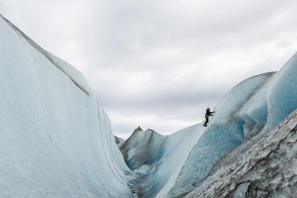 Uno de los guías del equipo Viedma Pro demuestra distintas técnicas para escalar en el hielo, antes de que los excursionistas puedan hacerlo. (Tetsu Espósito).
