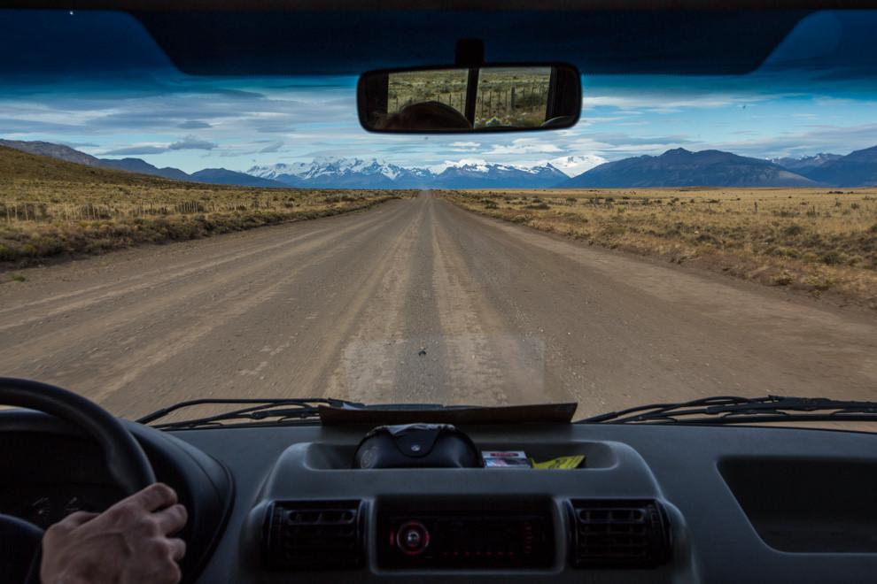 Camino a la estancia Nibepo Aike se pueden observar montañas y paisajes característicos de la estepa patagónica, con picos nevados y escasa vegetación debido a las pocas lluvias que caen al año. (Tetsu Espósito).