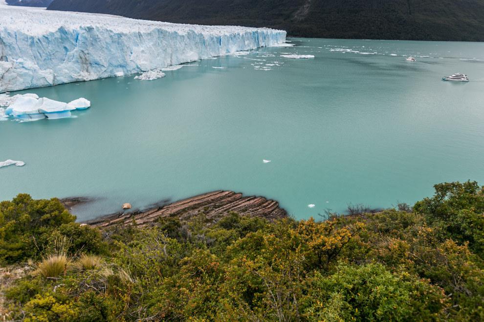 Un barco se acerca al Glaciar Perito Moreno, rodeado de una vegetacion y colores increíbles.(Tetsu Espósito).