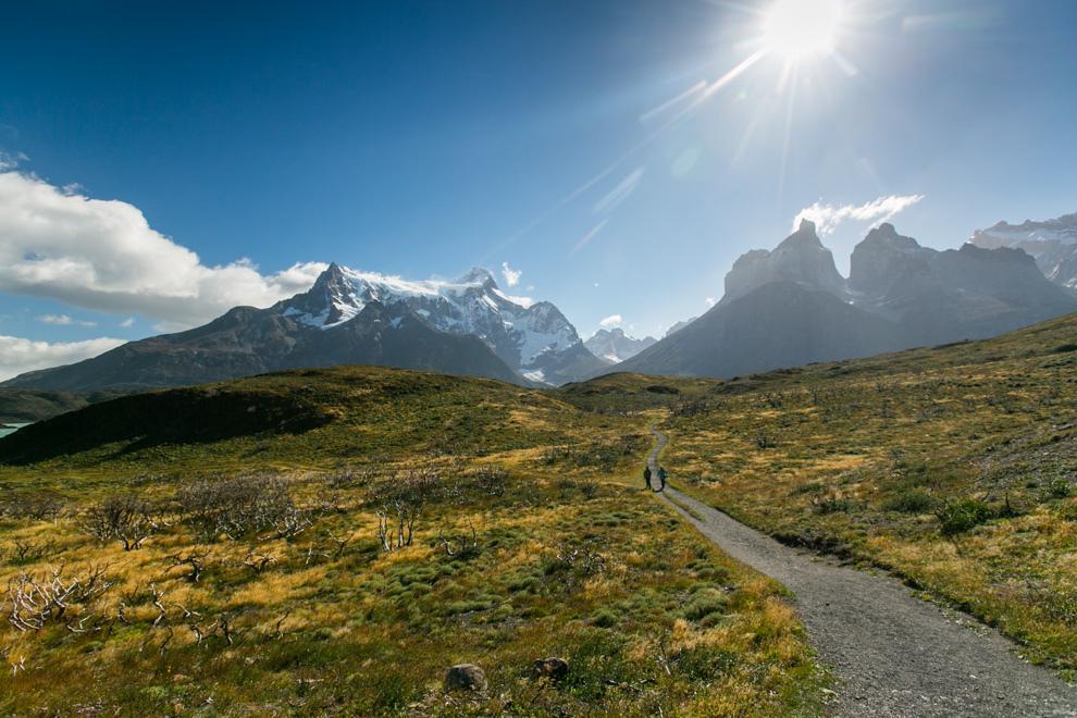 Dos personas caminan hacia las formaciones rocosas conocidas como Los Cuernos del Paine, otra de las maravillas que ofrece este parque nacional en la Patagonia chilena. (Tetsu Espósito).