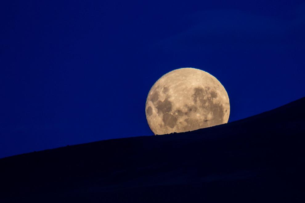 En los meses de verano en un lugar tan austral como El Calafate, el atardecer ocurre generalmente entre las 21 y 22 hs., la luna sobresale en el horizonte durante un recorrido por el Cerro Huyliche, a pocos kilómetros de la ciudad. (Tetsu Espósito).