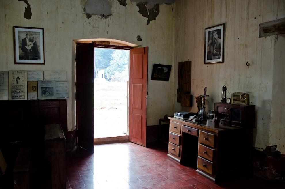 """El interior de la casa de """"Mangoré"""" en donde se conservan retratos del famoso artista paraguayo Agustín Barrios, además, pueden encontrarse objetos pertenecientes a la época en que vivía. Esta casa pertenece actualmente al artista plástico y promotor cultural Gil Alegre Núñez, quién por iniciativa propia, convirtió la vieja morada de Mangoré en un completo museo de arte. (Elton Núñez)"""