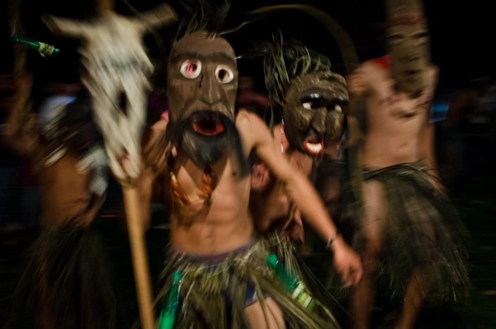 Jóvenes interpretan danzas antiguas de los Kambá, en la fiesta por el día de San Pedro y San Pablo, en la localidad de Itaguazú, distrito de Altos, departamento de Cordillera. (Elton Núñez).