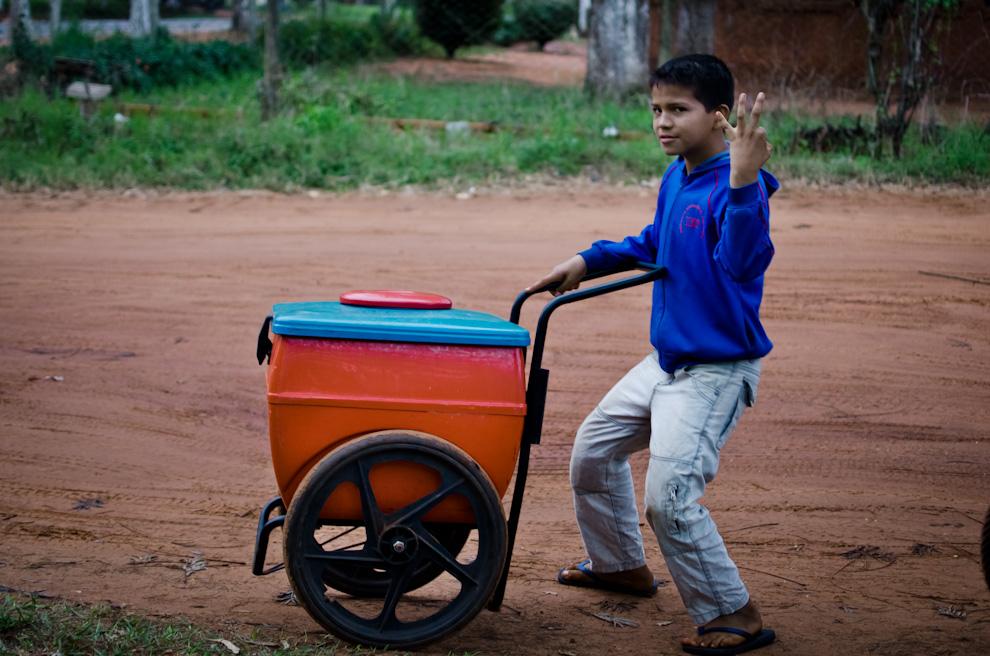 Un niño vende helados por las calles de la ciudad de Cruce Liberación, señala con sus dedos la cantidad de veces que su equipo de fútbol resultó campeón. (Elton Núñez)