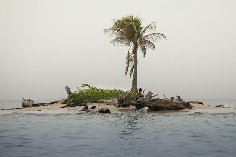 Un turista descansa en un islote en medio del océano. Paisajes como éste son típicos del archipiélago de San Blas. (Tetsu Espósito)