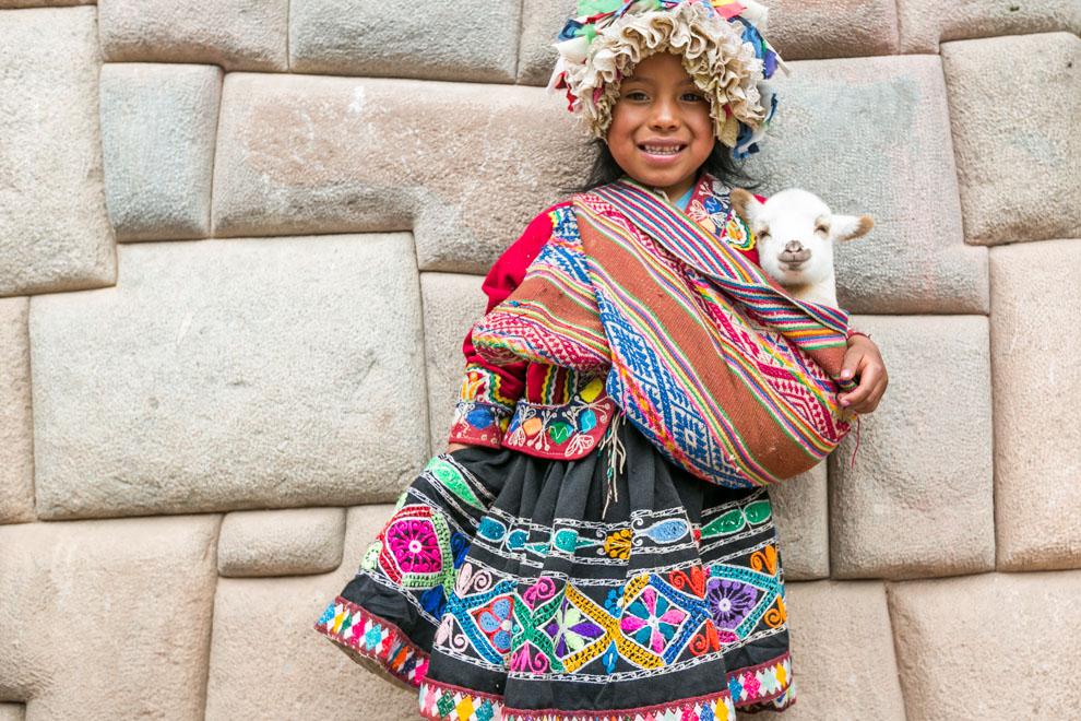 En Cuzco, una niña posa para la fotografía con su pequeña oveja, en la plaza del centro de la ciudad. Antiguamente fue la capital del Imperio inca y una de las ciudades más importantes del Virreinato del Perú. (Tetsu Espósito)