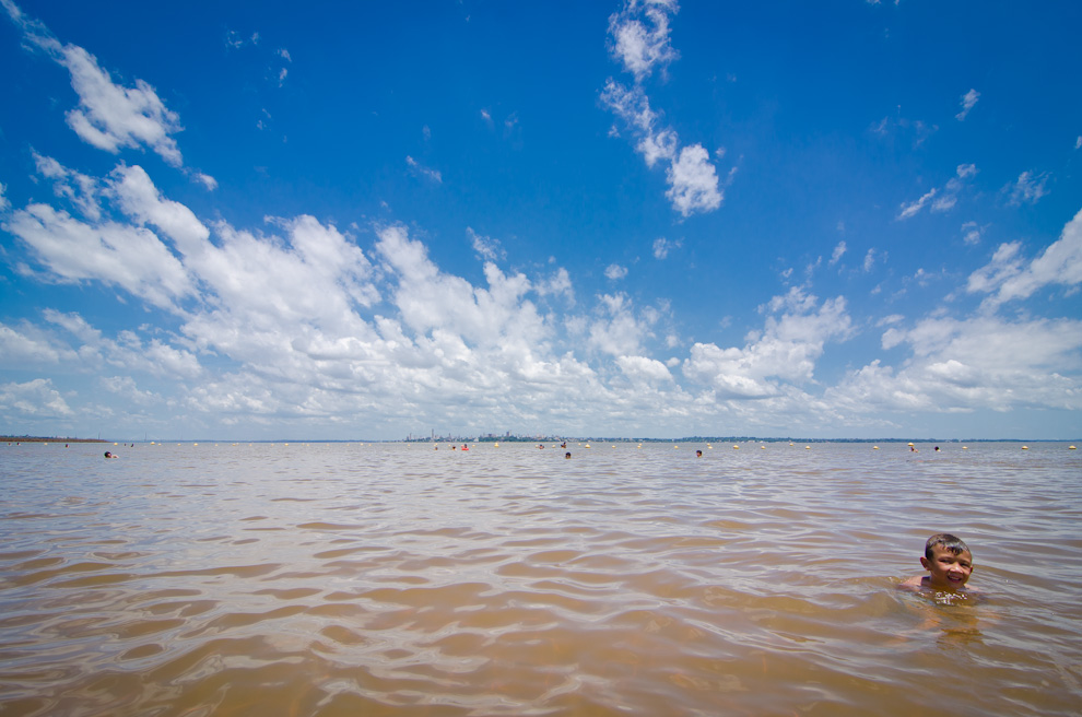 Un niño se divierte en las aguas del Río Paraná en la Playa Mboi Ka'e de Encarnación, un lugar que ofrece alternativa de recreación más tranquila que la Playa San José. (Elton Núñez)