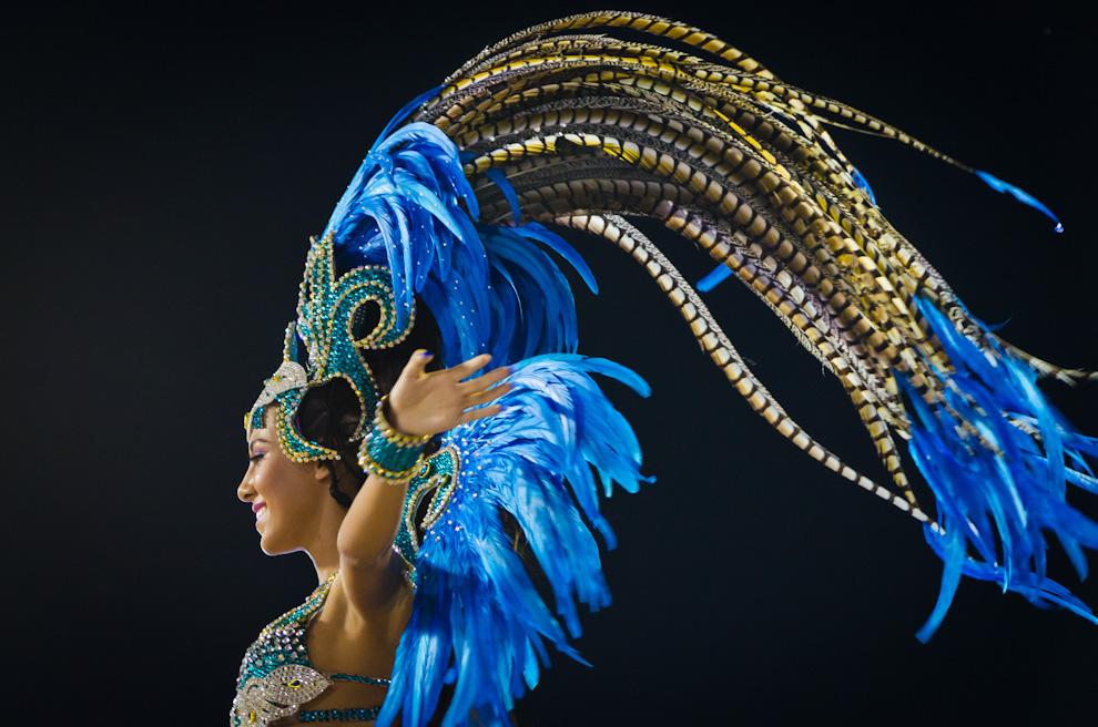 Una bailarina del Club Pettirossi realiza sus bailes exhibiendo sus trajes alegóricos en el tercer fin de semana de los Corsos Encarnacenos. (Elton Núñez)