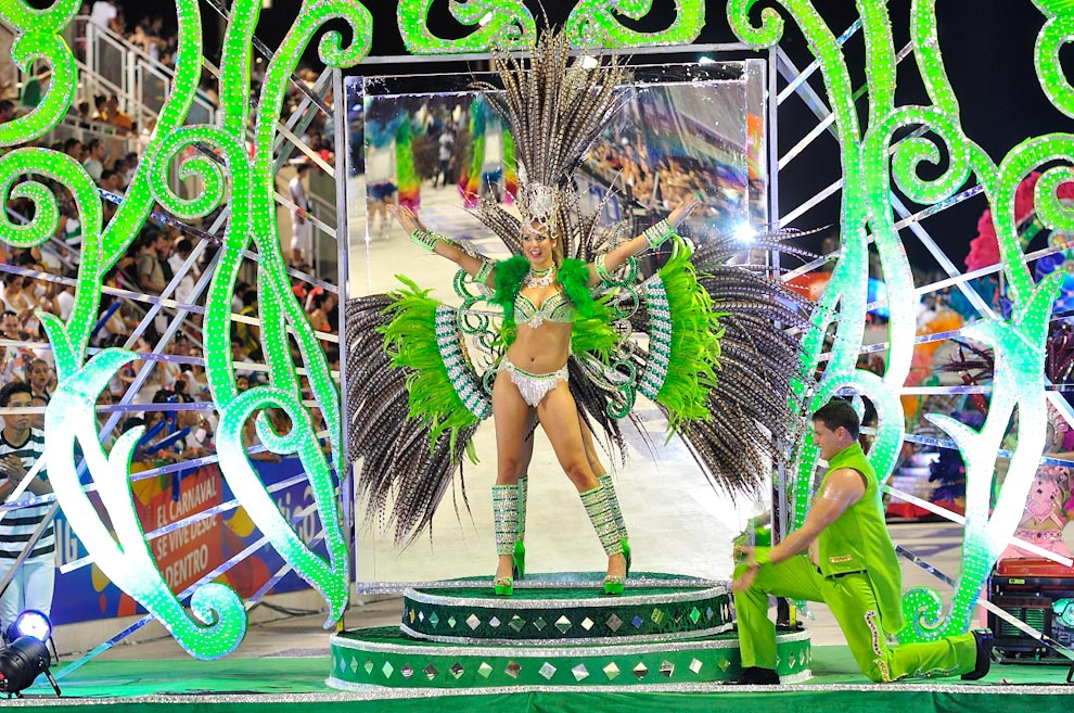 La maravilla y los colores del Carnaval Encarnaceno una vez más brillaron en el tercer fin de semana de los Corsos, en el Corsódromo de Encarnación. (David Silva)