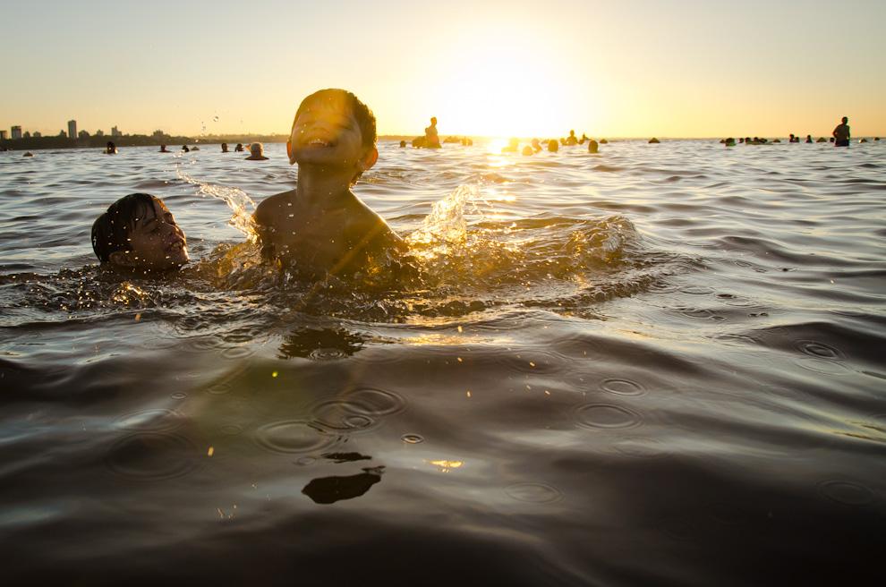Niños felices disfrutando del Río Paraná, en la playa San José de Encarnación. (Elton Núñez)