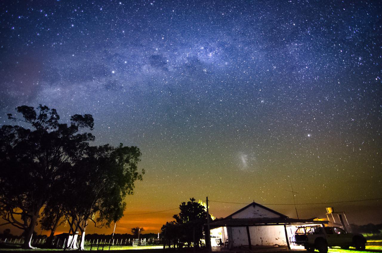 La Vía Láctea se muestra imponente sobre la cabaña de la estancia Santa Teresa, en la noche del sábado 11 de Abril, de fondo aún se puede notar la contaminación lumínica que genera la gran ciudad de Asunción. (Elton Núñez).
