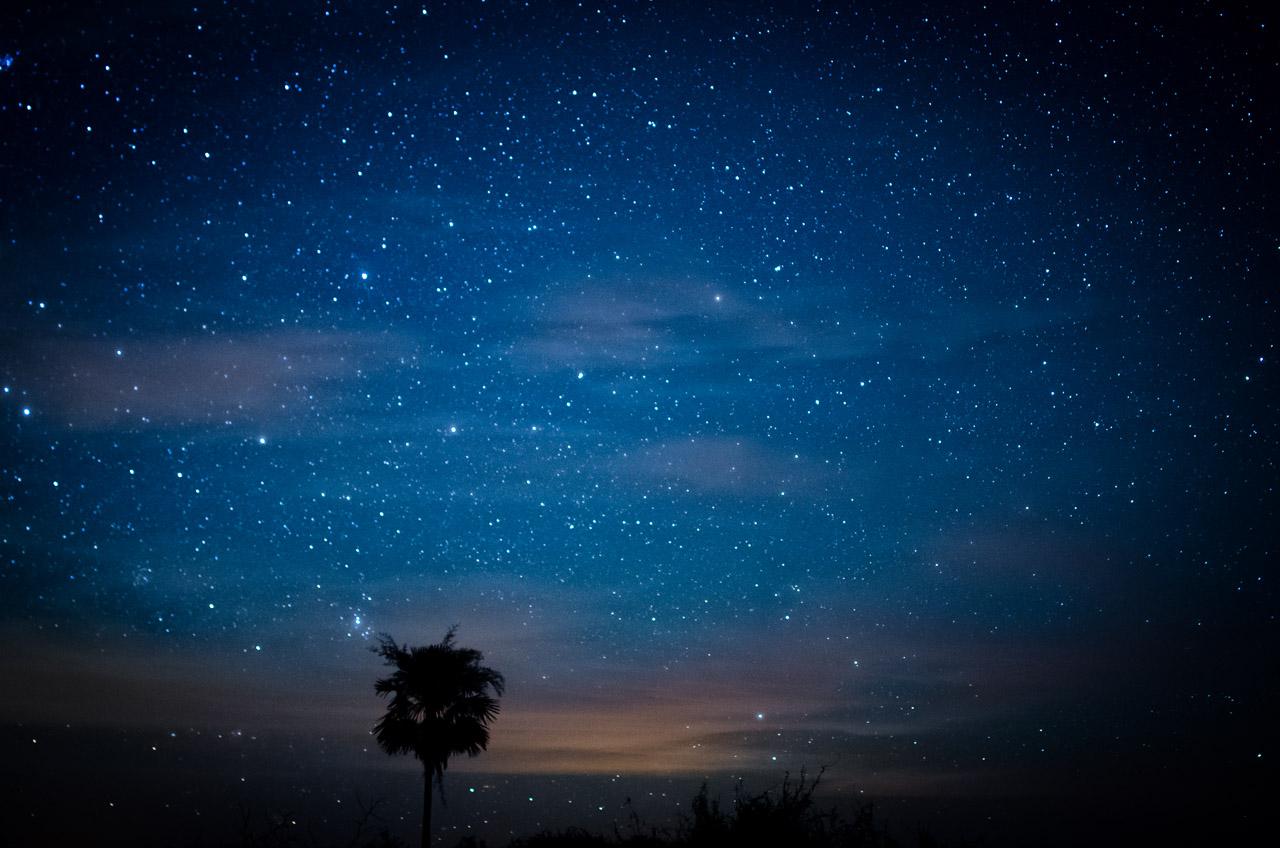 Noche estrellada en la región cercana a la estancia, nos deja ver un poco de luz cálida rebotada en las nubes, proveniente de la localidad de General Bruguez. (Elton Núñez).