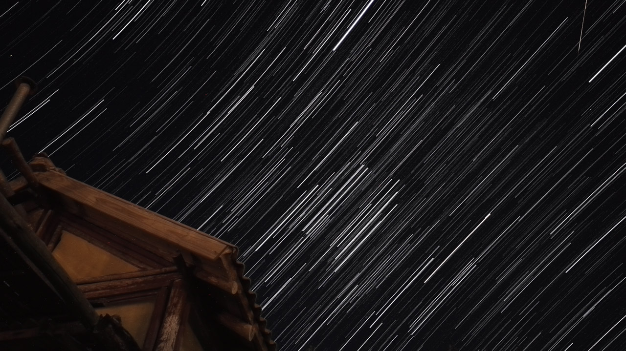 El cielo uruguayo durante la noche permite ver las estrellas fácilmente debido a la escasa luz eléctrica en el pueblo de Punta del Diablo. (Fotografía tomada con un smartphone Huawei P8, modo seguimiento de estrellas, Elton Núñez)