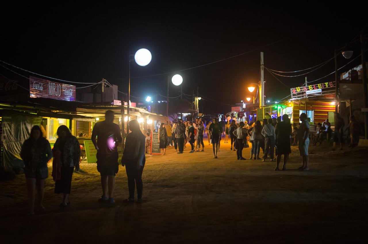 La noche en el pueblo de Punta del Diablo, ofrece coloridas instalaciones de madera, venta de artesanías, muy buena cocina y entretenimientos. (Elton Núñez)