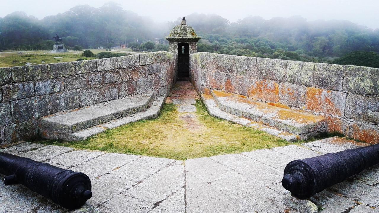 Restos de cañones y una de las cuatro torres que protegen la fortaleza de Santa Teresa, dentro del Parque Nacional Santa Teresa, en Rocha. (Fotografía tomada con un smartphone Huawei P8, Elton Núñez)