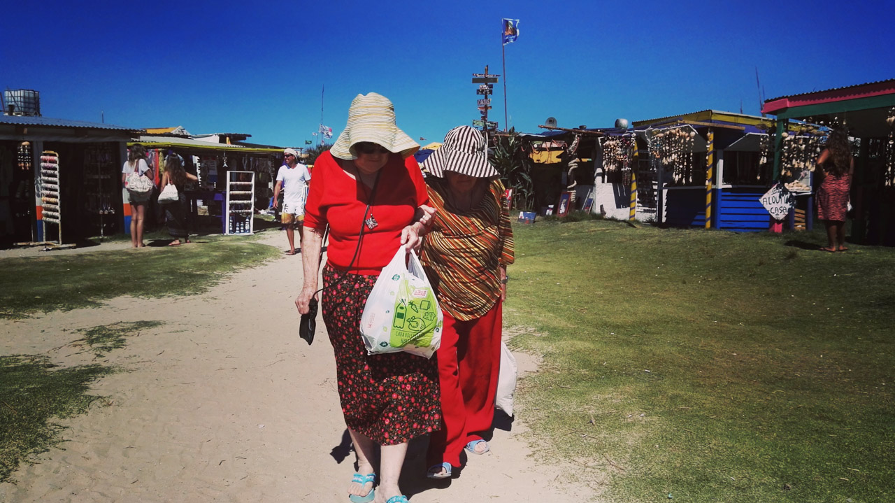 Dos señoras turistas caminan por el mercado de artesanías en el pueblo de Cabo Polonio. (Fotografía tomada con un smartphone Huawei P8, Elton Núñez)