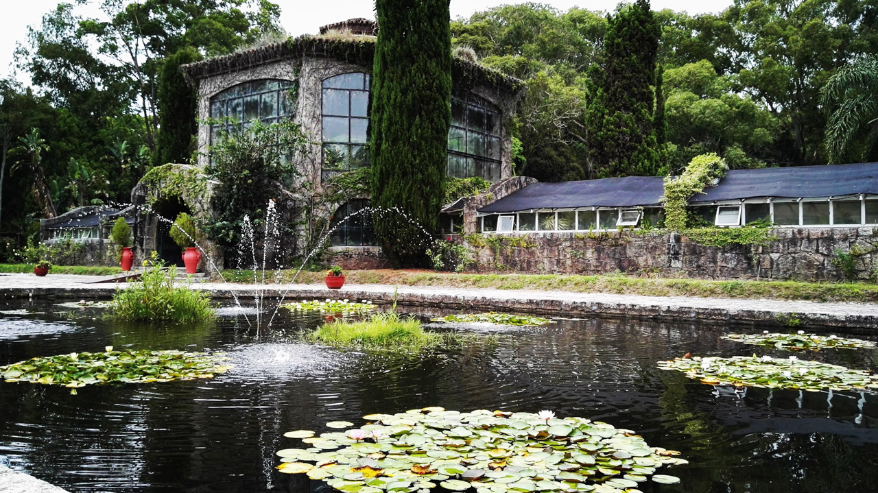 Fachada del invernáculo del Parque Nacional Santa Teresa, un lugar colmado de plantas de todo tipo, exhibidas como en un museo, que impresiona a todo turista que lo visita. (Fotografía tomada con un smartphone Huawei P8, Elton Núñez)