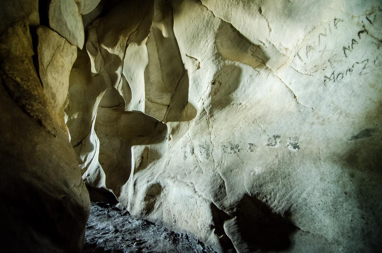 Luego de explorar la caverna 14 de Julio de la comunidad de Tres Cerros, en la salida uno puede experimentar el alivio de poder ver la luz del exterior. (Elton Núñez)