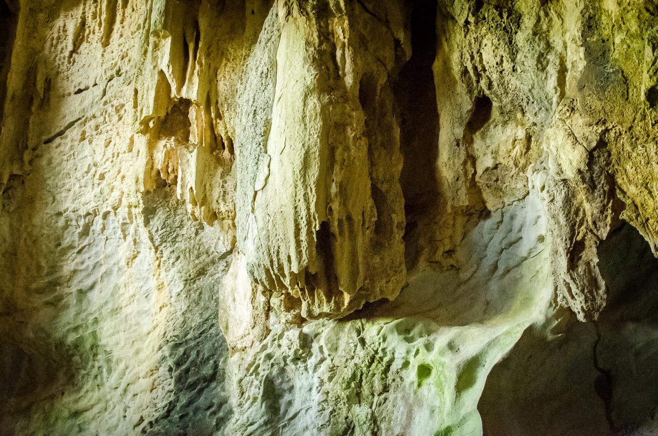 Las paredes de la caverna 14 de Julio presentan espeleotemas amarillentas y blancuzcas dignas de admirar, fotografías y por sobre todas las cosas cuidar. En la formación de cavernas hay mucho tiempo invertido para la aparición de cosas impresionantes que debemos ayudar a mantener. (Elton Núñez)