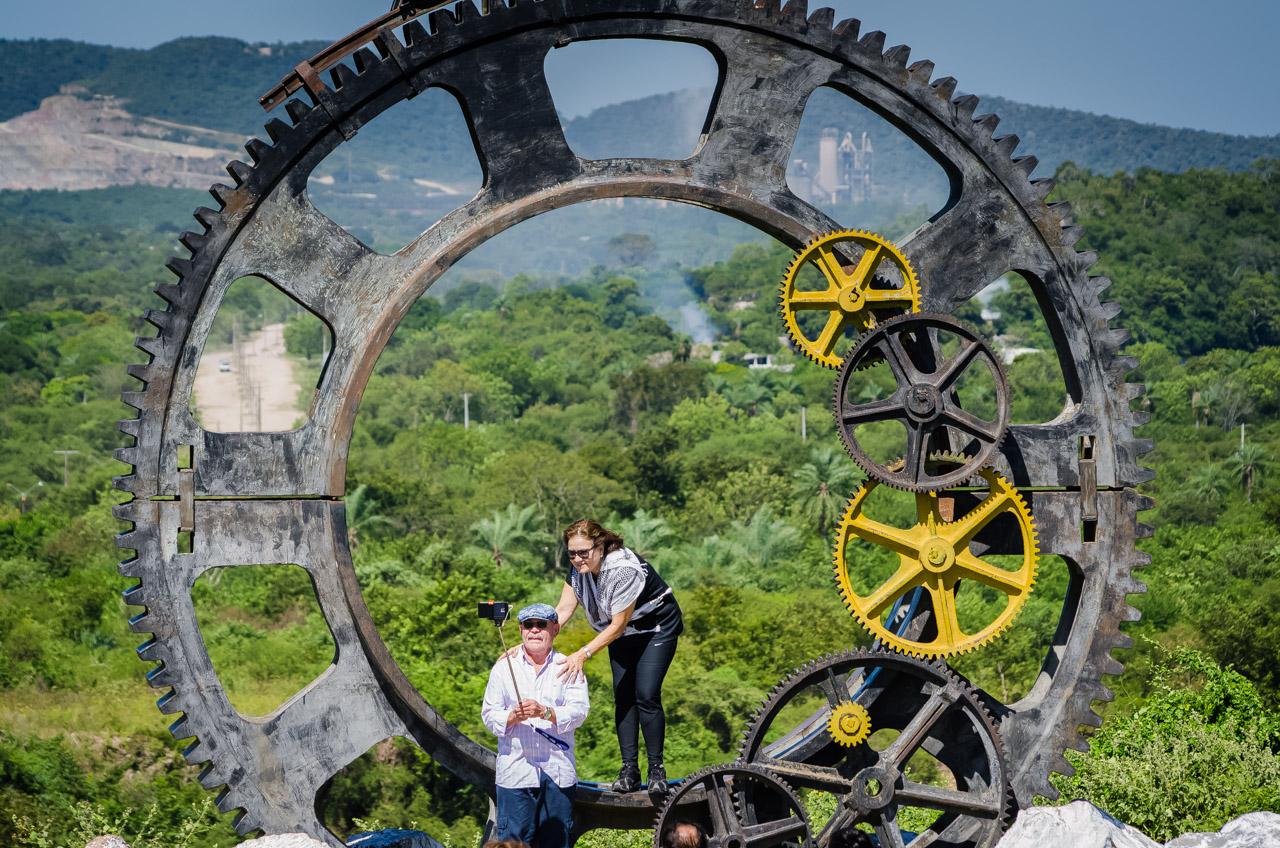 Una pareja se toma fotos en el mirador de Vallemí, frente al monumento alegórico al desarrollo de la región a través de la minería. (Elton Núñez)