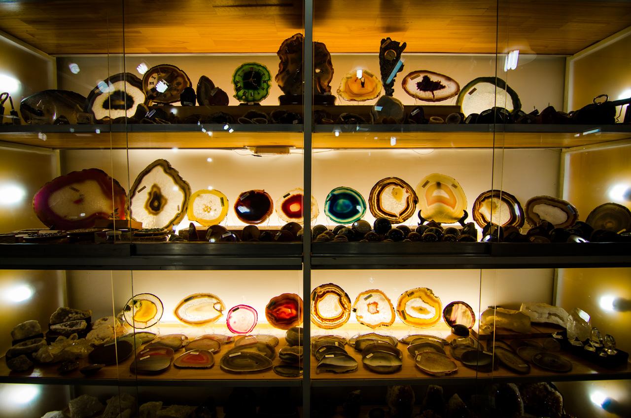 En las tiendas de souvenir habilitadas en el Hito Tres Fronteras del lado argentino, se pueden ver y comprar todo tipo de adornos y alhajas en la que principalmente componen las piedras preciosas extraídas de las minas de Wanda (Ágatas y Aragonitas). (Elton Núñez).