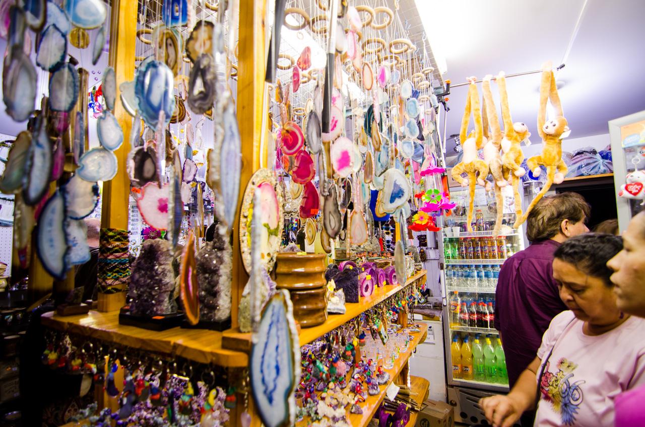 En las tiendas de souvenir habilitadas en el Hito Tres Fronteras del lado argentino, se pueden ver y comprar todo tipo de adornos y alhajas, de la gama más económica, en la que principalmente componen las piedras preciosas extraídas de las minas de Wanda (Ágatas y Aragonitas). (Elton Núñez).