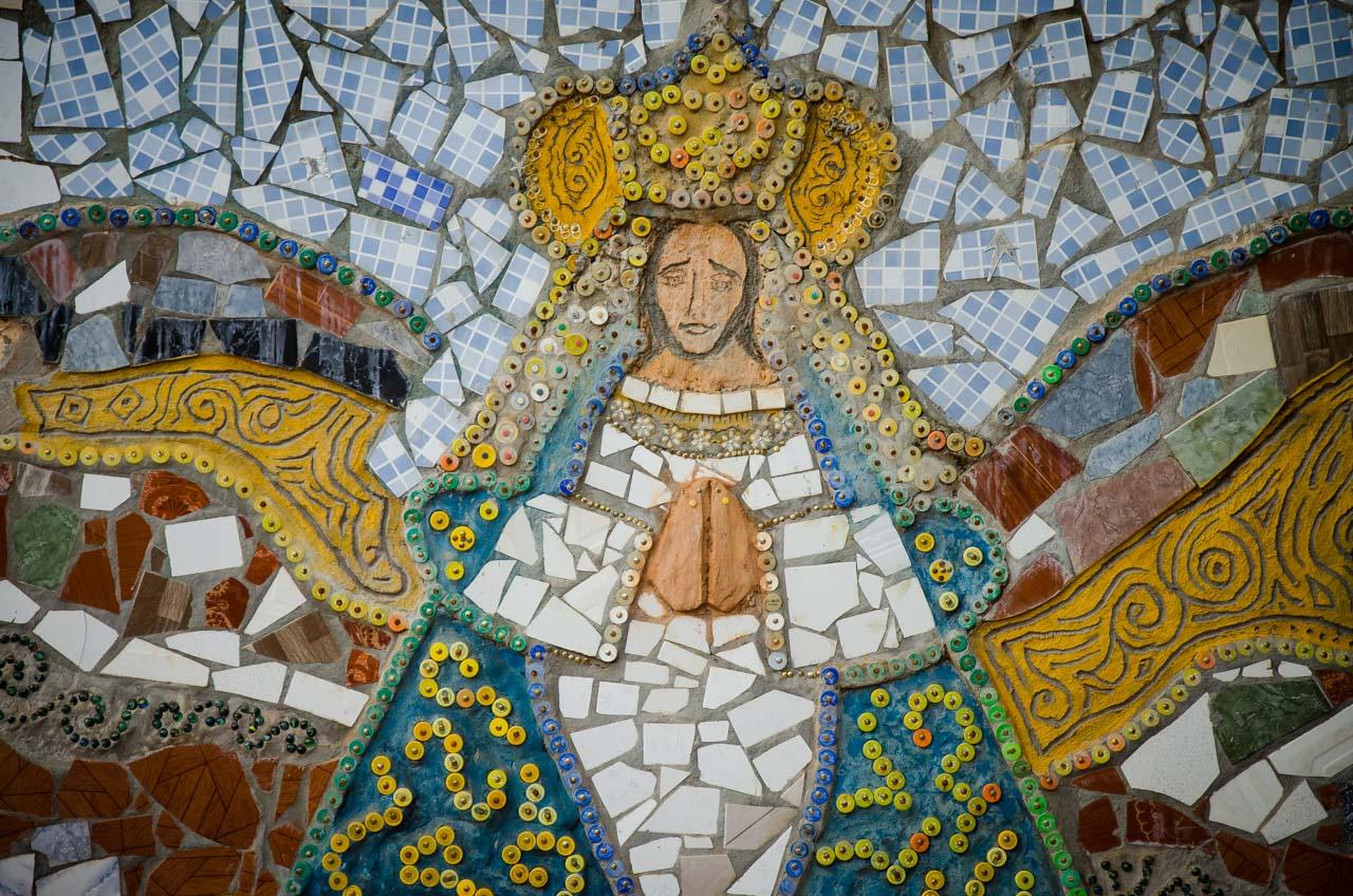 En Tañarandy a lo largo del Yvága Rapé, muchas obras artísticas están instaladas para el deleite del turista, como este mural de la Virgen Dolorosa elaborado con trozos de losas. (Elton Núñez).