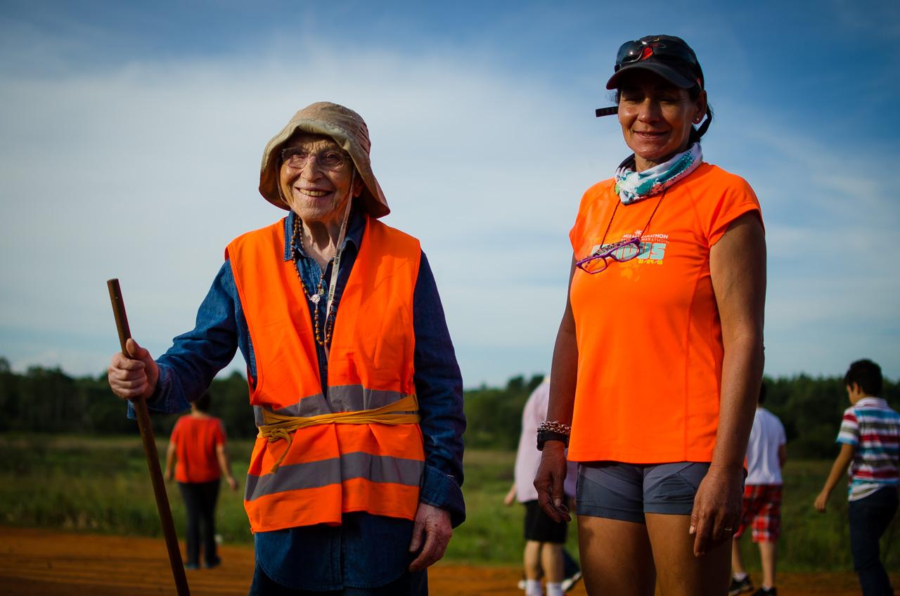 La sensacional abuela trotamundos sonríe antes de comenzar la peregrinación de 3 kilómetros en Tañarandy. Ella se llama Emma Morosini y proviene de Italia recorriendo el mundo sola con sus increíbles 93 años de edad. (Elton Núñez)