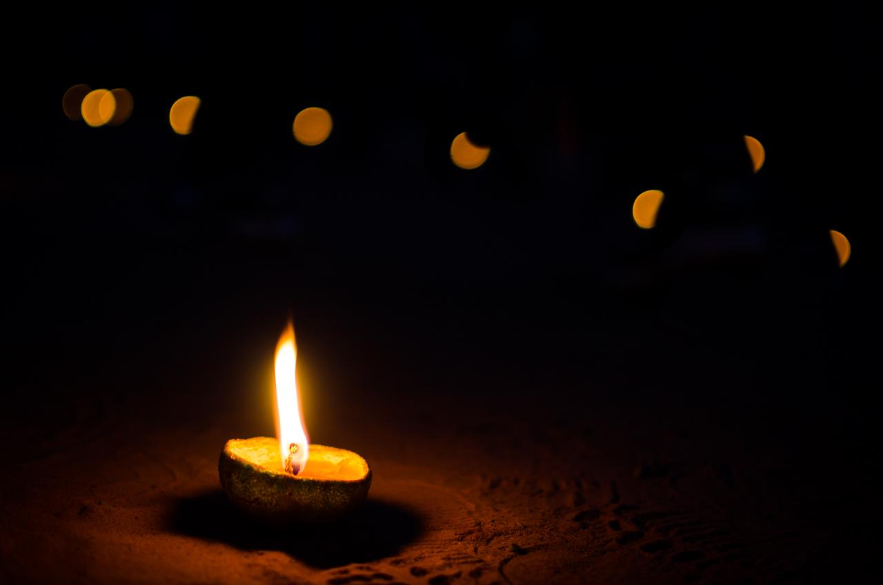Un candil hecho de apepú hai (naranja agria) y grasa animal, es utilizado para iluminar el camino del Yvága Rapé en la procesión de Tañarandy. (Elton Núñez).