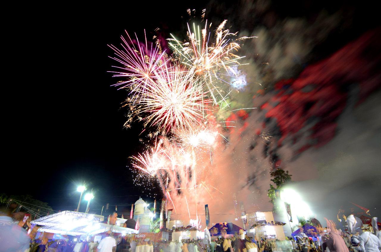 A las 00:00, la organización de la fiesta de la cerveza en Colonia Independencia, ofreció al público un espectáculo de fuegos artificiales. (Elton Núñez).