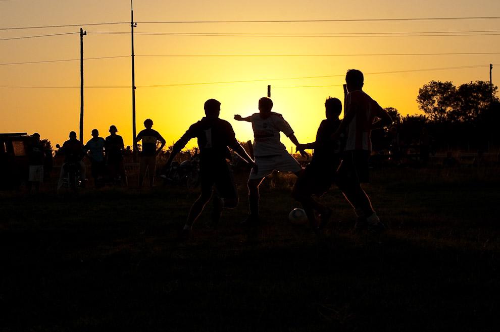 Hombres jugando fútbol hasta el atardecer, momento en que se llevaban acabo los partidos por la final.  Campaña de Caapucú, Departamento de Paraguarí. (Elton Núñez, 2009)