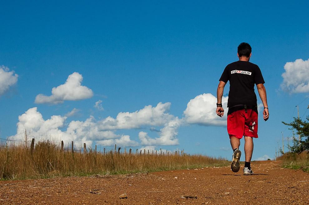 Una caminata de aproximadamente 24km que he emprendido desde el rancho de la familia Blanco hasta el cementerio donde descansan mis abuelos, de ahí hasta la casa de mi primo Fernando y desde ahí nuevamente de regreso al Rancho. Campaña de Caapucú, Departamento de Paraguarí. (Elton Núñez, 2009)