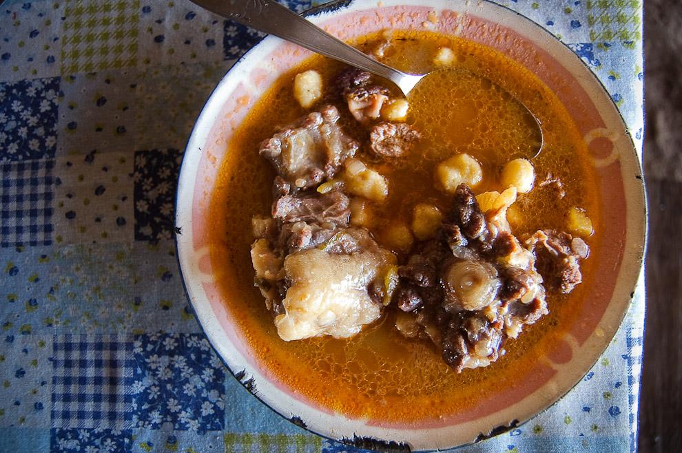 El autentico caldo de Bori Bori, una sopa hecha con bolitas de maíz y carne de pata de Cerdo, Vaca o cola de Vaca. Es una exquisitez de la campiña de Caapucú, Departamento de Paraguarí. (Elton Núñez, 2009)