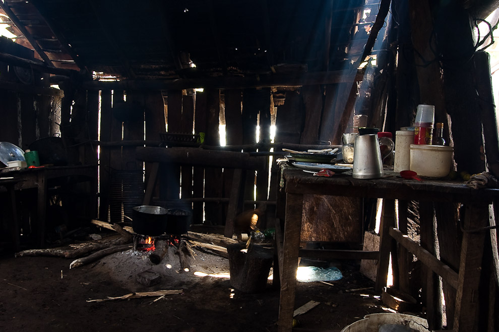 Vista general de una antigua cocina en el rancho de la familia Blanco, esta cocina tendría cerca de 100 años, en ella cocinaron 3 generaciones de la familia Blanco y Cañete. Campaña de Caapucú, Departamento de Paraguarí. (Elton Núñez, 2009)
