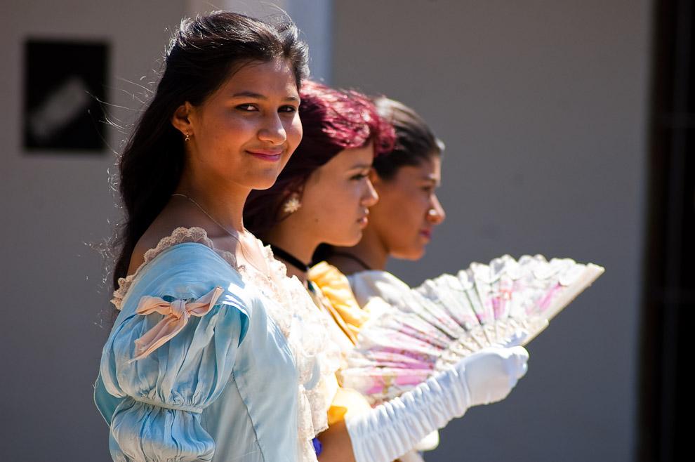 Actrices alumnas de colegios a punto de interpretar una escena de rivalidad entre Madame Lynch y Juanita Pesoa, vistiendo la ropa, peinados y adornos del siglo XVIII (Areguá, Paraguay - Elton Núñez)