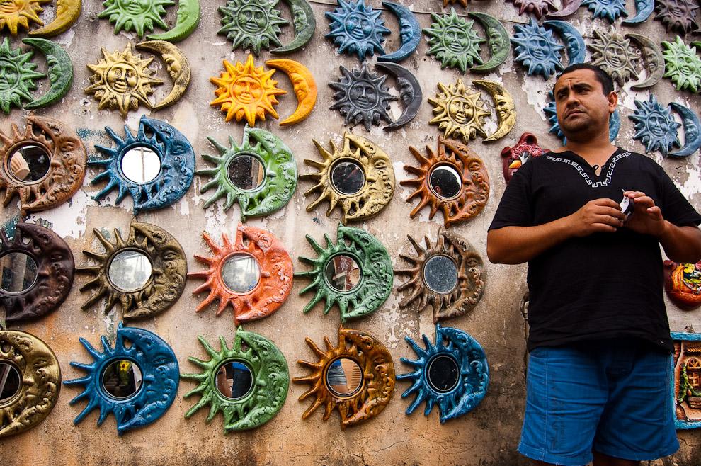 """Marcelo, el dueño de la Alfarería """"La Preferida"""" parado frente a sus obras de artesanía de Soles y Lunas, sección de artesanías esotéricas. (Areguá, Paraguay - Elton Núñez)"""