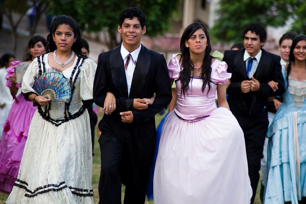 """Elenco secundario de la obra """"El túnel del Tiempo"""" caminan rumbo al Museo Las Margaritas para reanudar la obra teatral luego de un descanso. (Areguá, Paraguay - Elton Núñez)"""