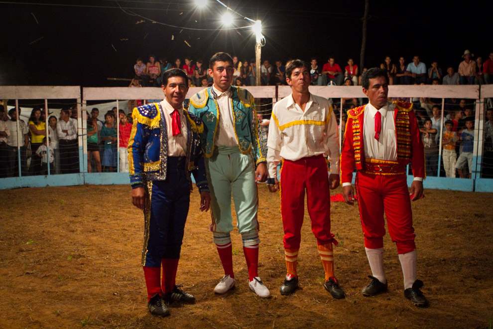 Los Hermanos Ledesma se presentan en el ruedo central frente al público antes de iniciar el espectáculo.  (15 de Agosto, Paraguay - Tetsu Espósito)