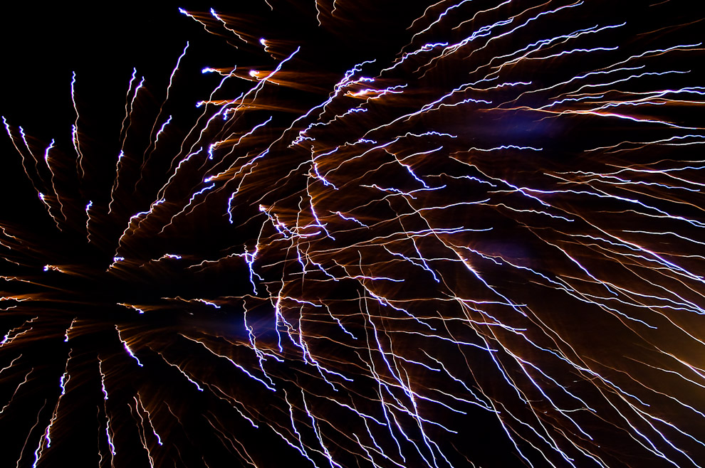 Fuegos Artificiales lanzados en el cielo paraguayo cerca de las 00:00 hs justo después de la declaración de la independencia tras la rendición de Bernardo de Velasco y la entrega de su trono. (Asunción, Paraguay - Elton Núñez)