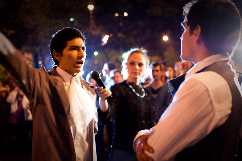 El jóven actor interpretando a Vicente Ignacio Iturbe  intimida al Gobernador Velasco dándole a conocer que afuera de su casa están apuntándoles cañones y fusiles. (Asunción, Paraguay - Elton Núñez)