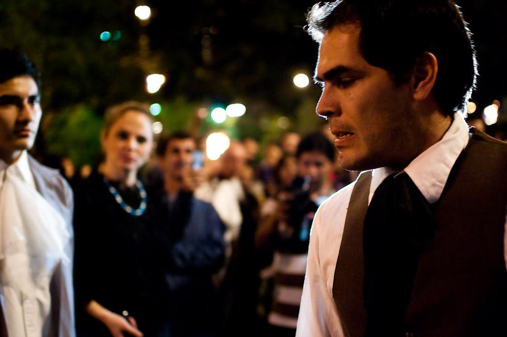 El actor representando al Gobernador Bernardo de Velasco alarmado por la gravedad del asunto reflexiona su destino y decisión que cambiará la historia paraguaya. (Asunción, Paraguay - Elton Núñez)