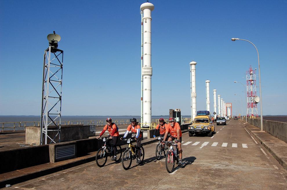 Recorrida en Bicicletas por la ruta sobre el dique de la Represa Itaipú, justo arriba mismo de las 18-19 Usinas. (Elton Núñez - Represa Itaipú Paraguay-Brasil)