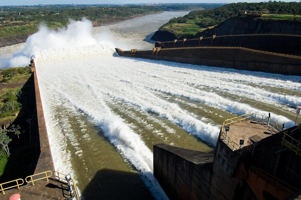 Fotografía del canal de alivio (drenaje) de la Represa de Itaipú, abierto a la mitad de su capacidad, ofrece una sensación vertiginosa al espectador. (Elton Núñez - Paraguay-Brasil)