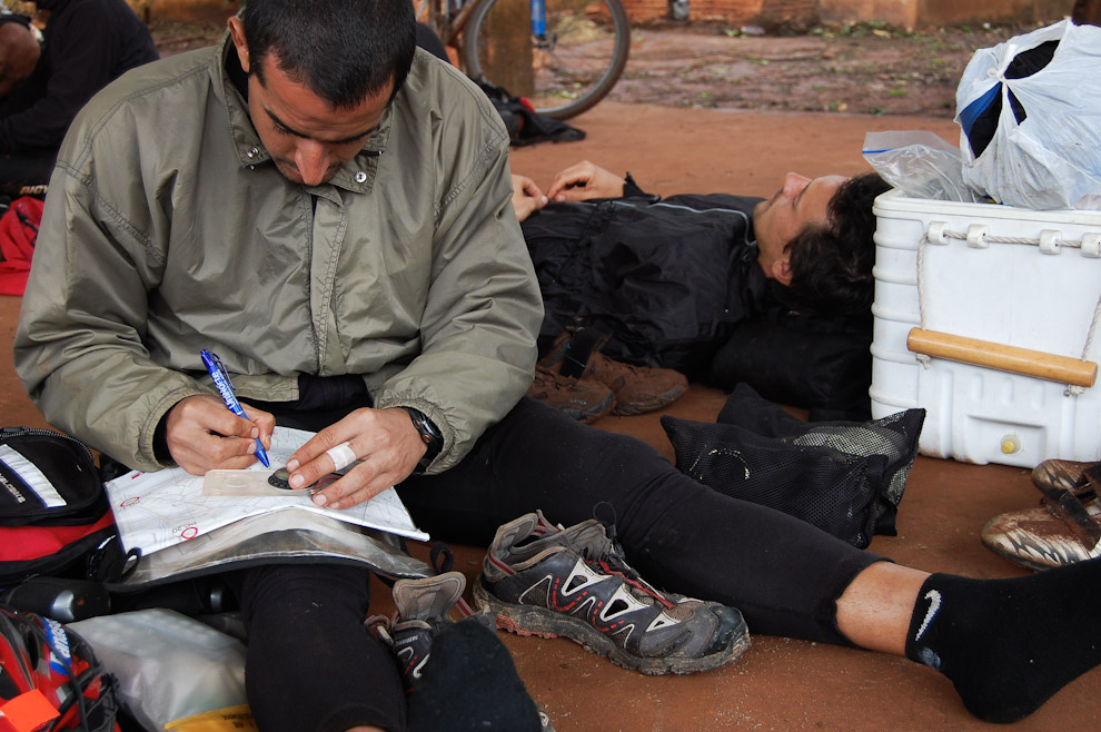 """El team leader del equipo """"Ñakurutú"""" planifica la siguiente etapa mientras los integrantes de su equipo descansan, la posta de la orientación es intercambiada entre los integrantes del equipo para dar oportunidad a todos de descansar. (Elton Núñez - Cedrales Paraguay)"""