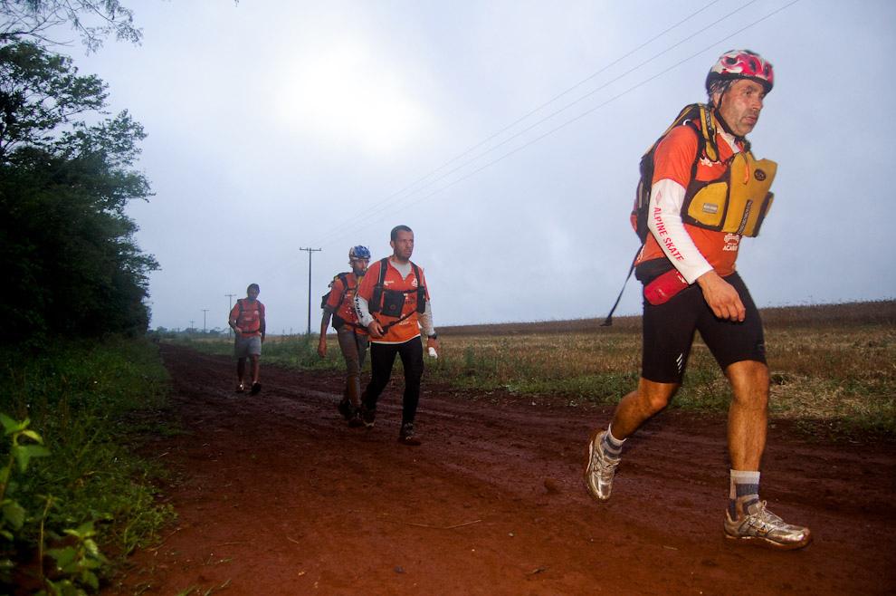 El equipo en su etapa de Trekking desde Moisés Bertoni hasta el siguiente puesto de control a decenas de kilómetros, particularmente ese día contabamos con un clima variable, luego de un día anterior caluroso tuvimos una tarde húmeda y fría, son variantes que los participantes deben superar para mantener sus tiempos. (Elton Núñez - Presidente Franco, Paraguay))