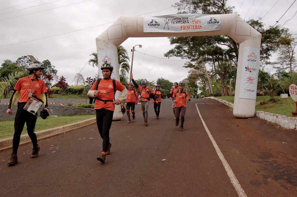 El Equipo EXPY llegando a la meta simbólica como segundo puesto frente al Gran Hotel Acaray. (Elton Núñez - Ciudad del Este, Paraguay)
