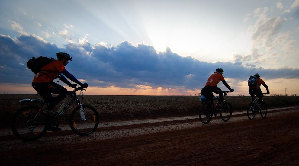 Etapa de ciclismo de decenas de kilómetros en los campos camino a la Municipalidad de Itakyrý en la tarde del viernes, hermosa atardecer nos regaló la madre naturaleza esa vez. (Elton Núñez - Itákyry, Paraguay)